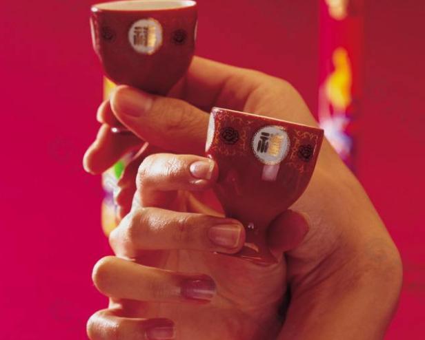 结婚时交杯酒喝一半是什么意思?普通朋友能喝交杯酒吗?