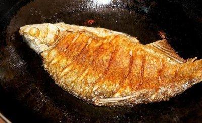 怎么煎鱼不粘锅不掉皮,火候一大过鱼皮便粘在了锅上
