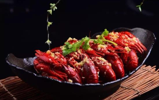 一个人吃四斤小龙虾会怎么样?3斤小龙虾可以剥多少个虾尾?