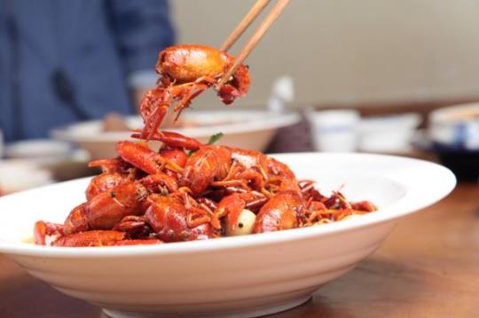 小龙虾一次可以吃10只吗?4斤小龙虾两个人吃够吗?