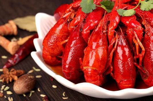 小龙虾一个人吃四斤算多吗?3斤小龙虾够剥一盘虾球吗?
