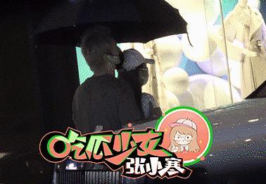 周扬青与男子雨中撑伞相依,周扬青以前的样子图片