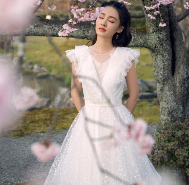 李沁黄景瑜亲爱的戎装演员表(李沁和邓伦是一个公司吗)