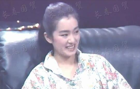 巩俐25岁青涩旧照太甜了:巩皇年轻时美的像标准