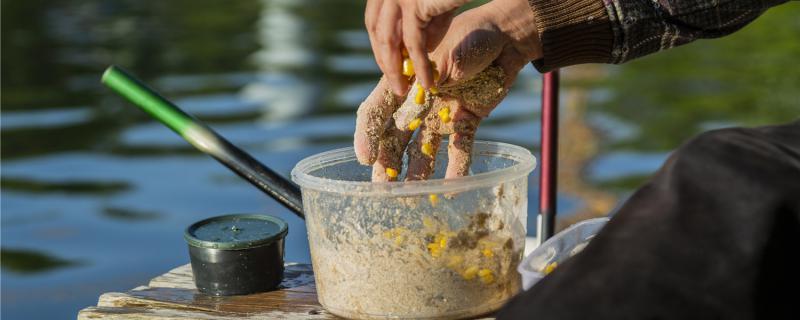 钓鲫鱼用什么窝料效果好,能用玉米粒打窝吗